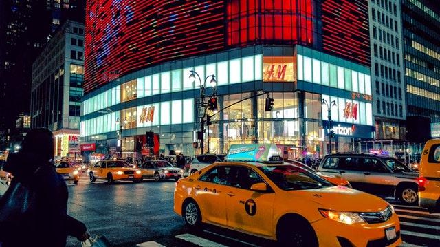 夜間の市街地交差点