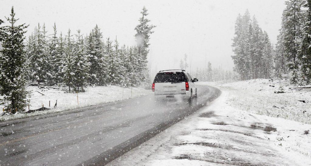 雪道を走行する自動車
