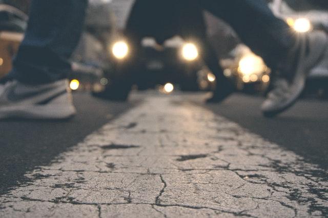 横断中の歩行者と信号待ちの自動車