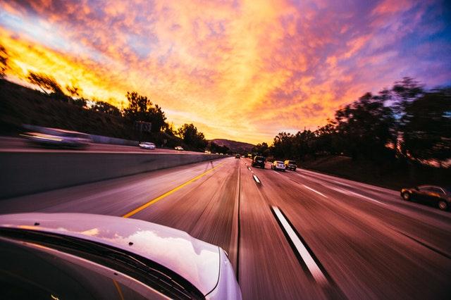 夕暮れ時の運転