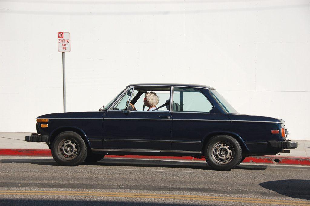 高齢者が自動車を運転している